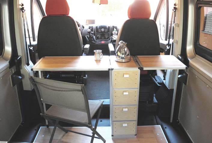 Ansicht 2: Der Tisch aus Aluprofilen und Steckverbindern für Vierkantrohre mit ausgeklappter Ablage