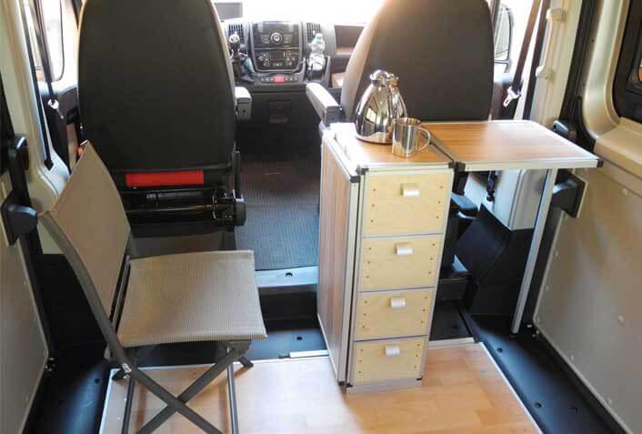 Innenansicht 1: Der fertig gebaute ausklappbare passgenaue Alu Stecksystem Arbeitstisch mit Schubladenelementen