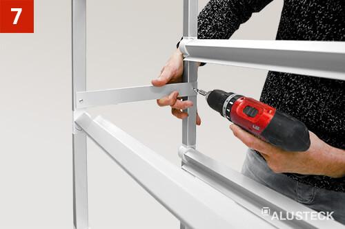 Schritt 7: Flachprofil-Streben beim Do it yourself Heimwerker Regal an die Regalseiten anschrauben