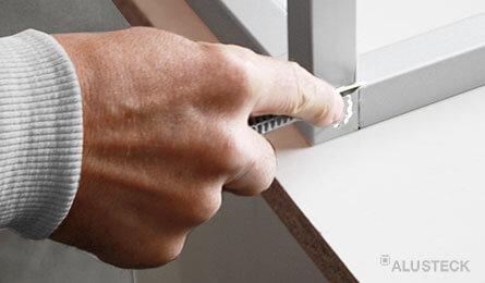 Kunststoff-Span mit Cutter entfernen
